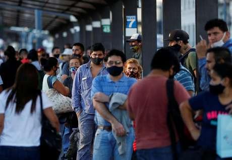 Pessoas aguardam ônibus em estação de Buenos Aires 31/03/2021 REUTERS/Agustin Marcarian