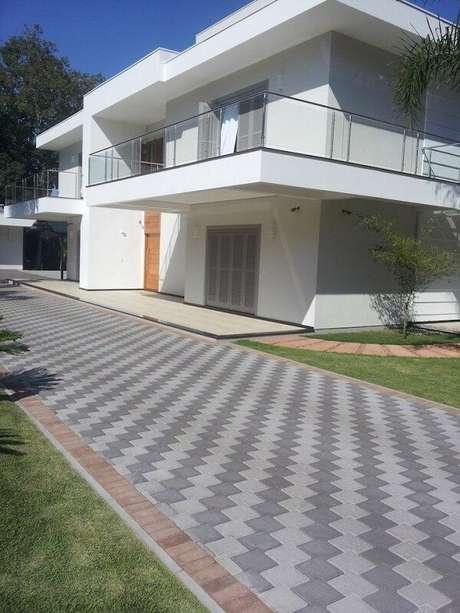 25. Os pisos coloridos intertravados formam um zig zag no chão. Fonte: Betonart
