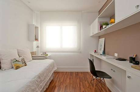 44. Marcenaria branca e piso de madeira colorido decoram o quarto de solteiro. Projeto por Patricia Kolanian