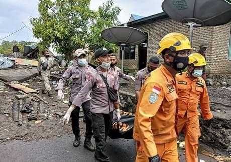 Socorristas removem vítimas de escombros deixados por inundação na ilha de Flores, na Indonésia