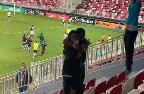 Rafinha vibra com gol 'salvador' no fim do jogo (Foto: Reprodução/Coritiba)