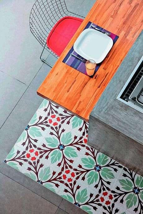 3. Piso colorido cozinha: combinação do cimento queimado com ladrilhos hidráulicos. Fonte: Pinterest