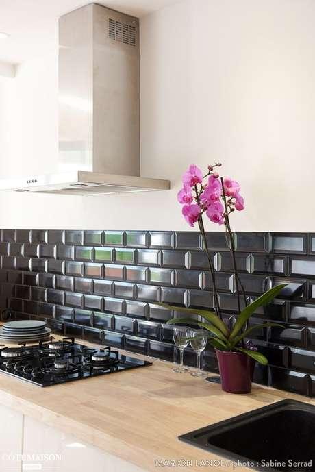 5. Cozinha com azulejo 3d preto – Foto Cotemaison