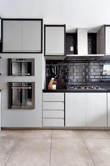 19. Cozinha branca com azulejo 3D preto – Foto Casa de Valentina