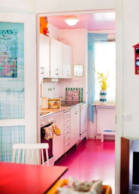 36. O piso colorido rosa traz um toque romântico para a decoração. Fonte: Pequenina Vanilla