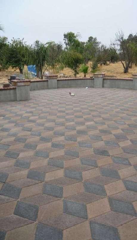 21. O piso colorido intertravado forma hexágonos no chão da área externa. Fonte: Pinterest