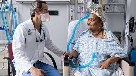 O médico Eric Genden e a paciente Sonia Sein, que recebeu transplante inédito de traqueia de um doador. Ela havia sofrido danos graves ao ser submetida a intubação após um ataque de asma