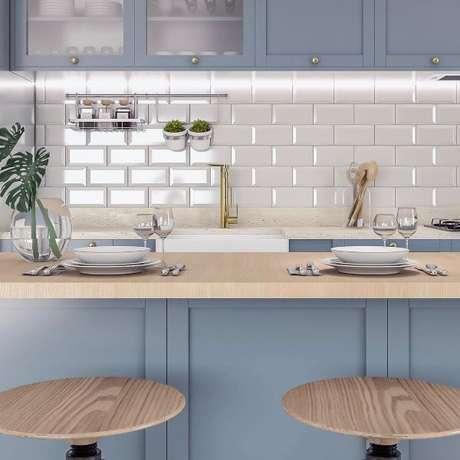 9. Revestimento 3D de tijolinho branco com armário azul claro – Foto Pinterest