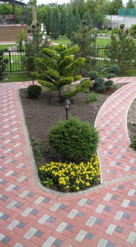 6. O piso intertravado colorido forma lindos caminhos pelo jardim da residências. Fonte: Pinterest