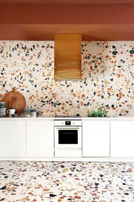 28. Parede e piso colorido feito em granilite decoram a cozinha. Fonte: Pinterest