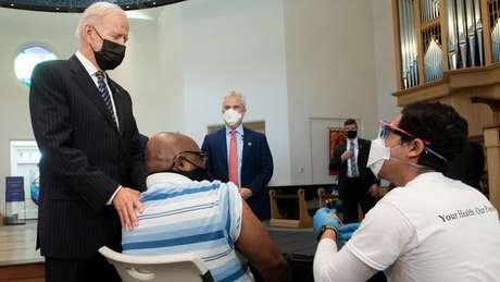 Joe Biden esteve na terça-feira em um dos muitos centros de vacinação do país