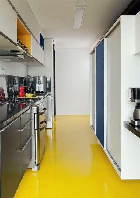 9. O piso colorido epóxi amarelo iluminou a decoração da cozinha. Fonte: Pinterest