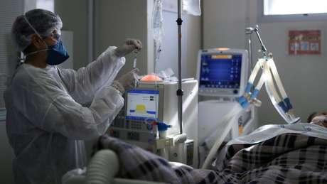 'Tanto por causa da ventilação mecânica quanto pela natureza da doença nas vias aéreas provocada pela covid-19, vem aumentando o número de casos de danos na traqueia', explica Eric Genden