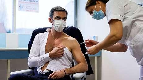 Ministro da Saúde francês Olivier Véran é vacinado com imunizante de Oxford