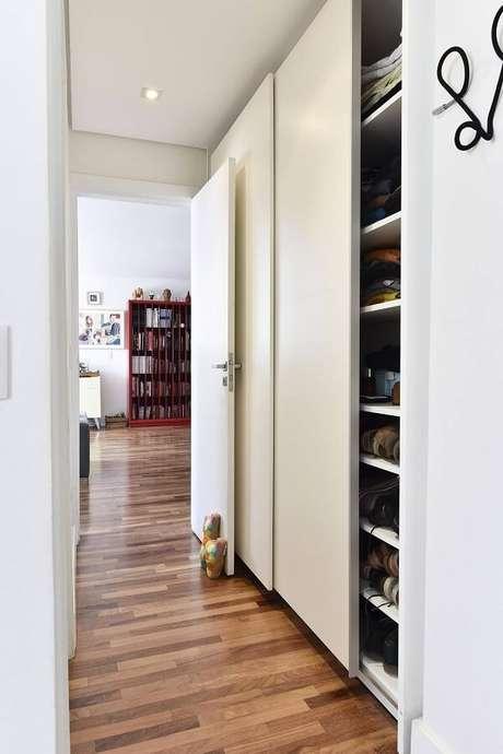 24. O piso de madeira colorido com nuances de marrom se estende por vários cômodos da casa. Projeto por Carla Cuono