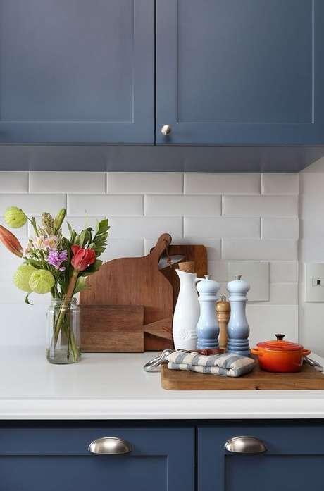 50. Cozinha azul com azulejo 3D – Foto Casa de Valentina