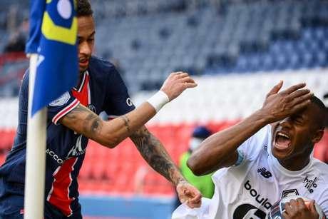 Neymar foi expulso na partida contra o Lille (Foto: FRANCK FIFE / AFP)