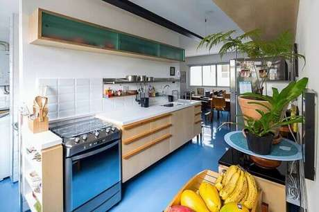 34. O piso colorido em porcelanato líquido pode ser aplicado em ambientes sujeitos a umidade como cozinha. Fonte: Pinterest