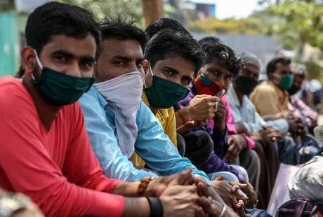 Trabalhadores pendulares aguardam trem após novas restrições em Mumbai, na Índia