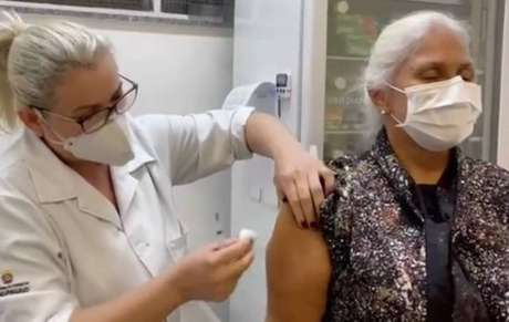 Fafá de Belém sendo vacinada contra a covid-19 em posto de saúde