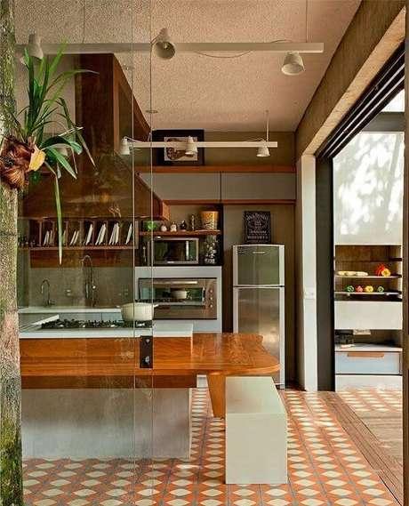 42. Modelo de piso colorido cozinha em tons terrosos deixa o ambiente mais descontraído. Fonte: Pinterest