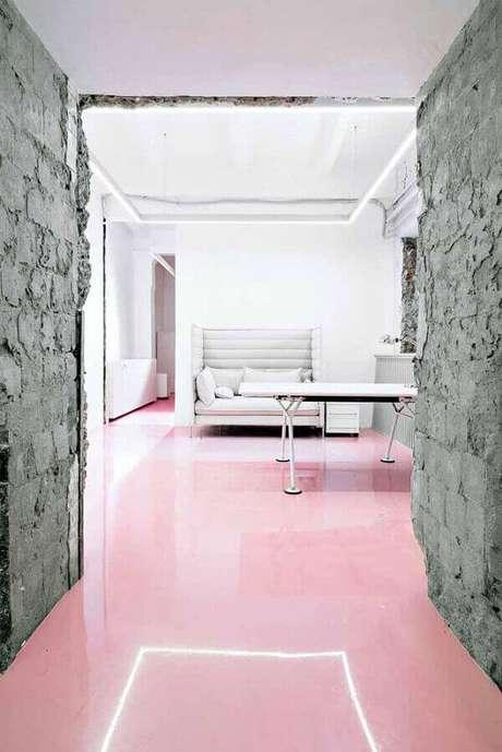 33. O piso colorido em porcelanato líquido garante uma cobertura uniformizada. Fonte: IdeiasDecor