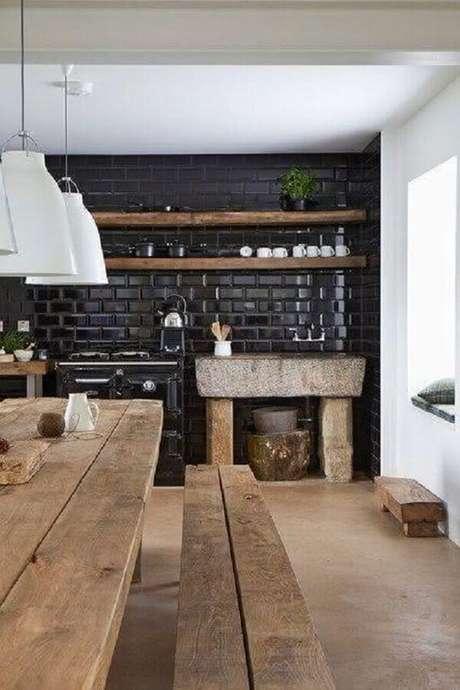 18. Cozinha com azulejo 3D preto com mesa de madeira – Foto RevistaVD