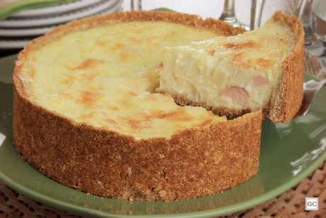 Guia da Cozinha - Torta cremosa de queijos com peito de peru e palmito