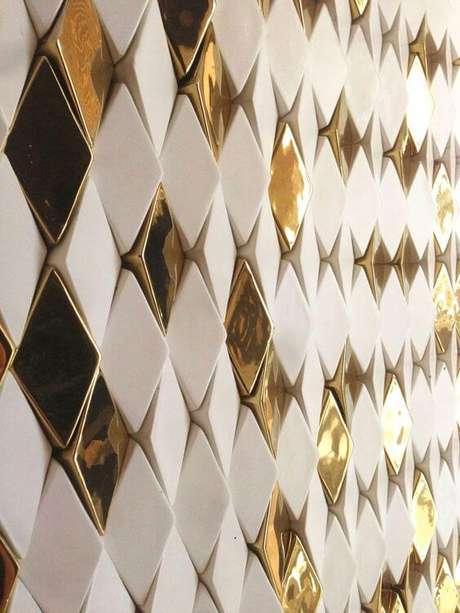 34. Azulejo 3D dourado e branco para sala – Foto Yatzer