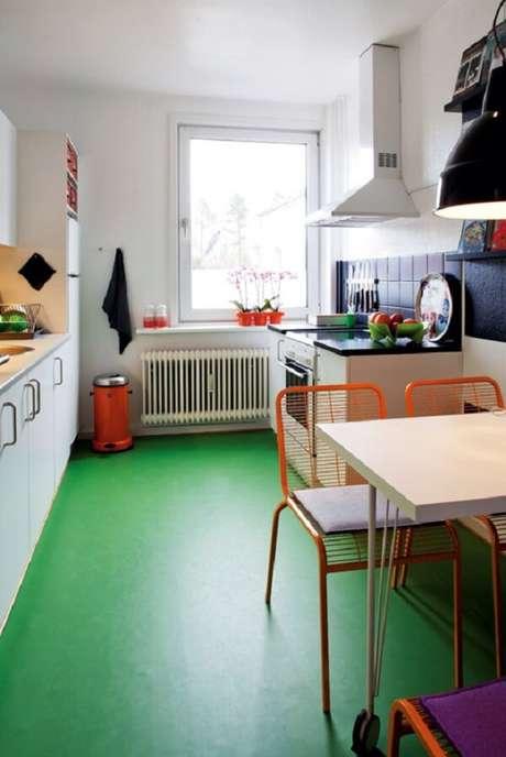 13. Piso queimado colorido em tom verde traz descontração para a decoração da cozinha. Fonte: Pinterest