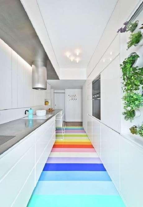 1. Use o piso colorido e quebre a neutralidade da decoração. Fonte: Pinterest