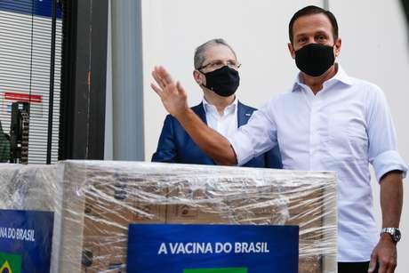 O secretário estadual de Saúde, Jean Gorinchteyn (e), o governador de São Paulo, João Doria (PSDB), participam da entrega de mais 1 milhão de doses da vacina CoronaVac para o Ministério da Saúde