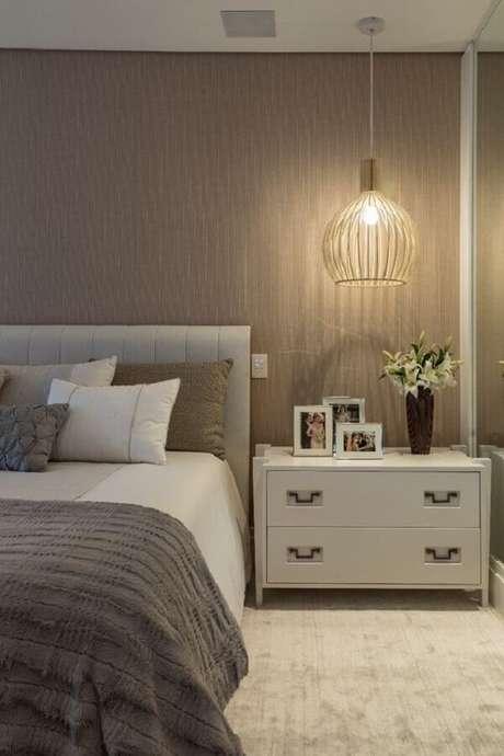 35. Quarto bege e cinza moderno decorado com luminária moderna e criado mudo branco – Foto: Quartos Etc.