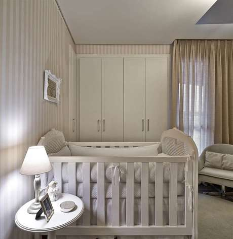 39. Decoração de quarto de bebê bege e branco com papel de parede listrado – Foto: Ideias Decoração