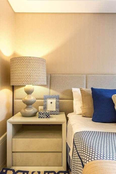 10. Decoração de quarto bege e azul com cabeceira estofada planejada – Foto: Histórias de Casa