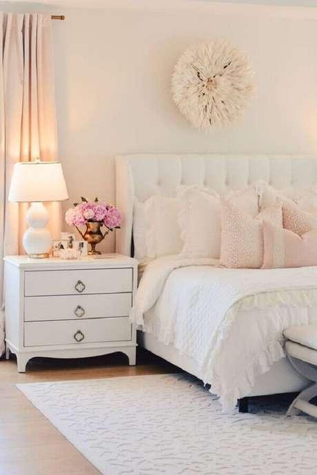9. As almofadas em rosa claro dão um ar ainda mais romântico para o quarto bege decorado com cabeceira capitonê – Foto: Better Homes and Gardens