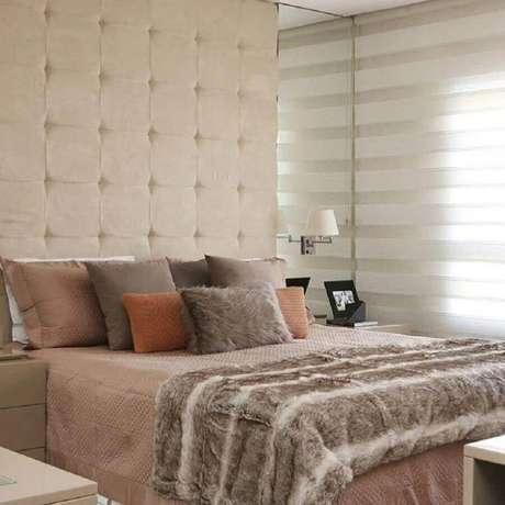 16. Almofadas para quarto bege decorado com parede estofada – Foto: Jeito de Casa