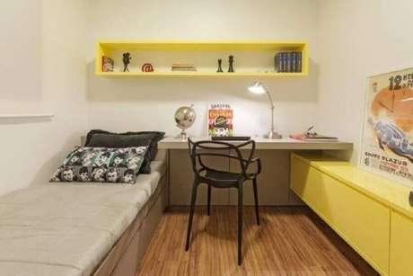 12. Decoração simples para quarto bege e amarelo de solteiro – Foto: AMIS Arquitetura
