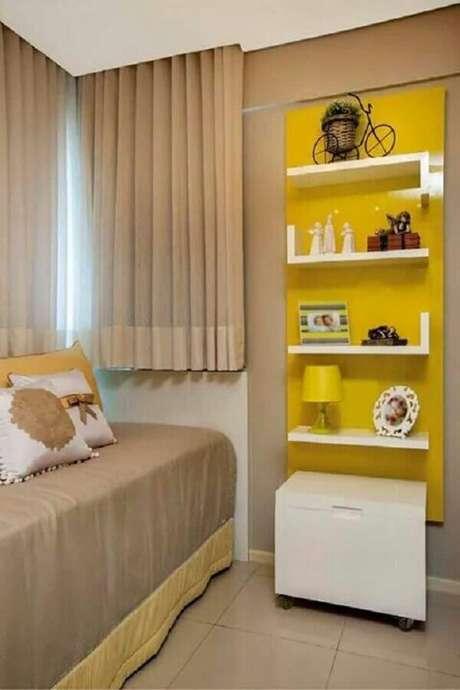 6. Decoração de quarto de solteiro bege com detalhes em amarelos – Foto: Pinterest