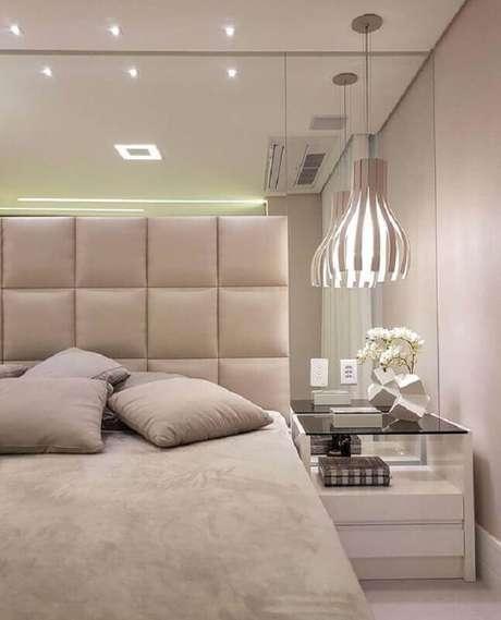 20. Cabeceira espelhada para quarto de casal bege moderno decorado com parede espelhada – Foto: Histórias de Casa