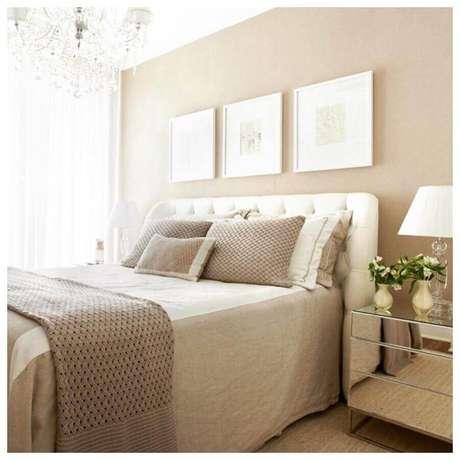 50. Criado mudo espelhado para decoração de quarto de casal bege com cabeceira estofada – Foto: Pinterest