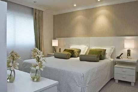 17. Almofadas verdes para decoração de quarto bege e branco – Foto: Pinterest