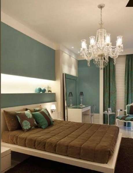 21. Decoração de quarto bege e verde com lustre de cristal e cama suspensa – Foto: Pinterest