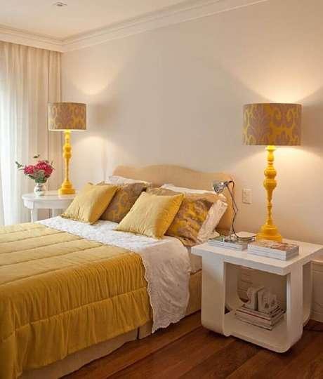 15. Decoração de quarto bege e amarelo com abajur grande – Foto: Jeito de Casa