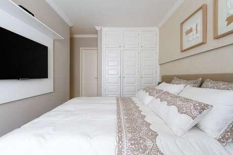 8. Painel de TV para decoração de quarto de casal bege e branco – Foto: Bordin Soares