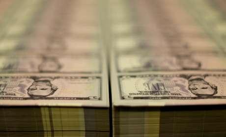 Notas de 5 dólares  REUTERS/Gary Cameron