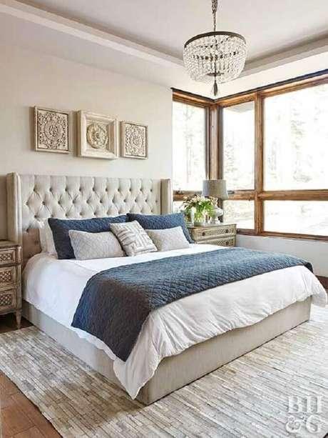 18. Cabeceira capitonê para decoração de quarto de casal bege e azul – Foto: Better Homes and Gardens