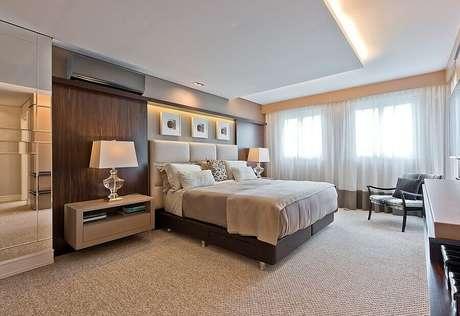 11. O marrom no quarto bege pode vir através dos móveis de madeira – Foto: Jeito de Casa