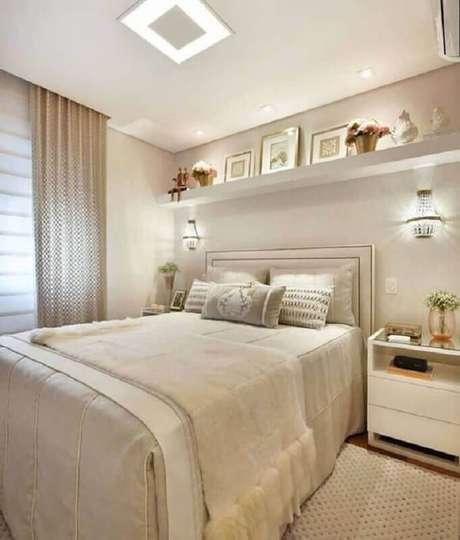 1. Arandela de cristal para decoração de quarto bege de casal sofisticado – Foto: Jeito de Casa