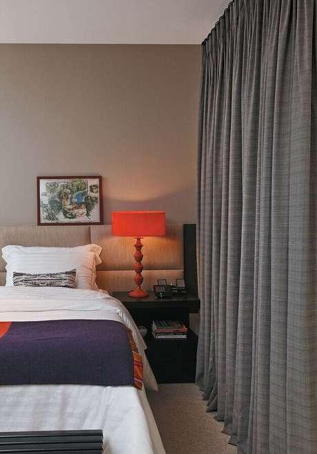 48. Abajur vermelho para decoração de quarto bege e cinza com criado mudo preto – Foto: Home Fashion Trend